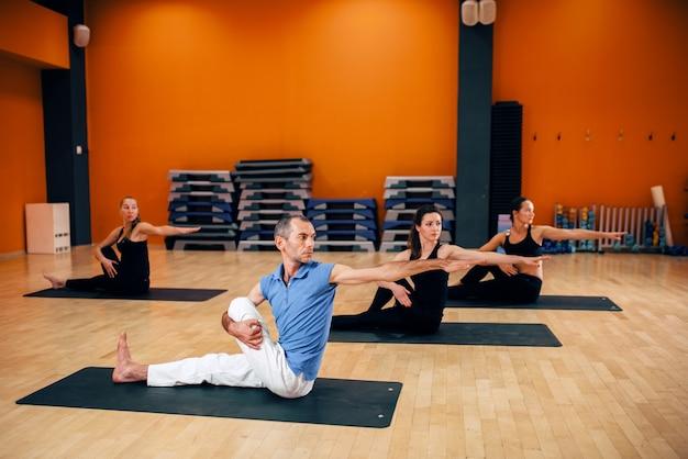 Lezione di yoga, allenamento di gruppo femminile