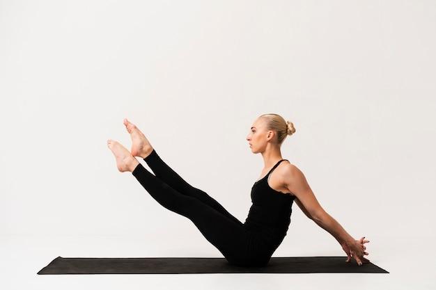 Lezione di yoga con bella donna
