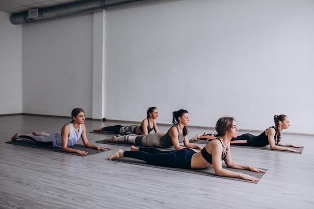 Lezioni di gruppo di yoga all'interno della palestra