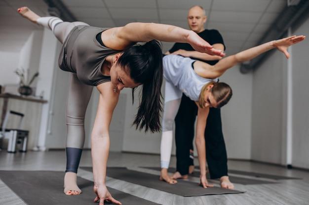 Lezioni di gruppo yoga in palestra