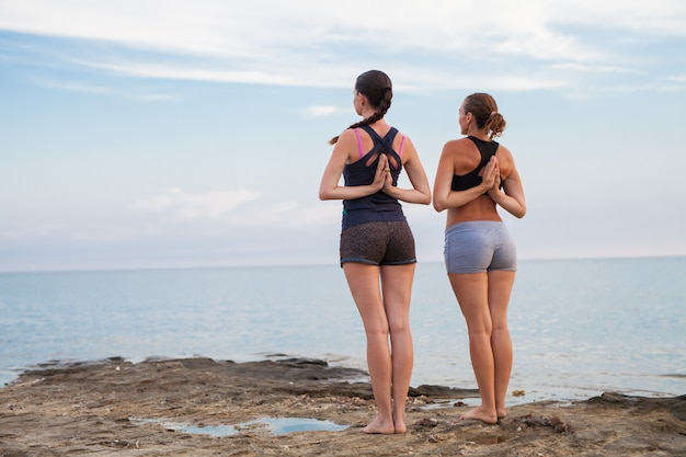 Lezioni di yoga al tramonto.