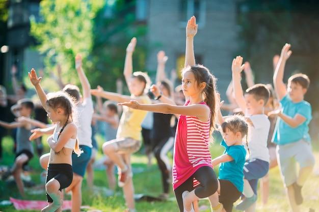 Lezioni di yoga all'aperto. yoga per bambini,