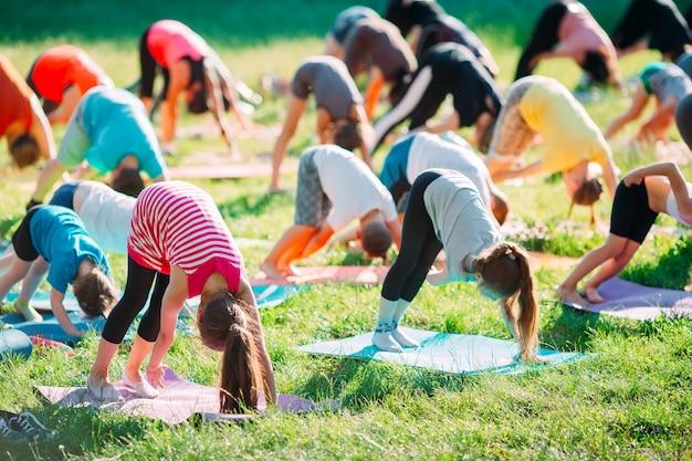 Lezioni di yoga all'aperto.