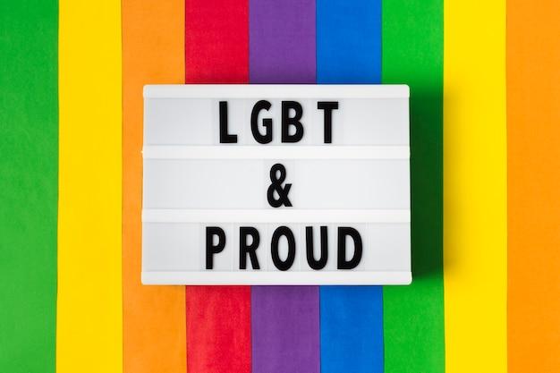 Lgbt e orgoglioso concetto con sfondo arcobaleno