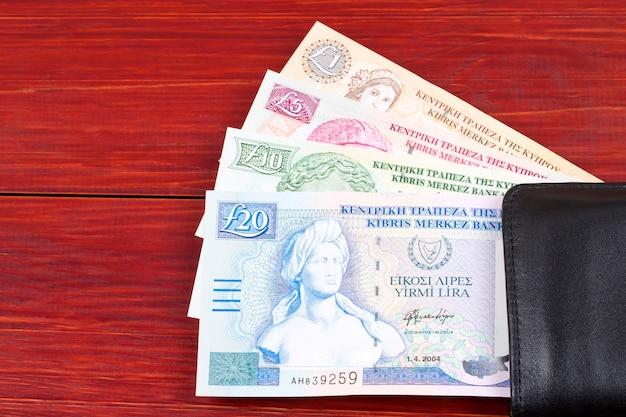 Libbre cipriote nel portafoglio nero