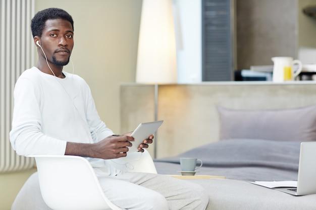Libero professionista afroamericano al lavoro