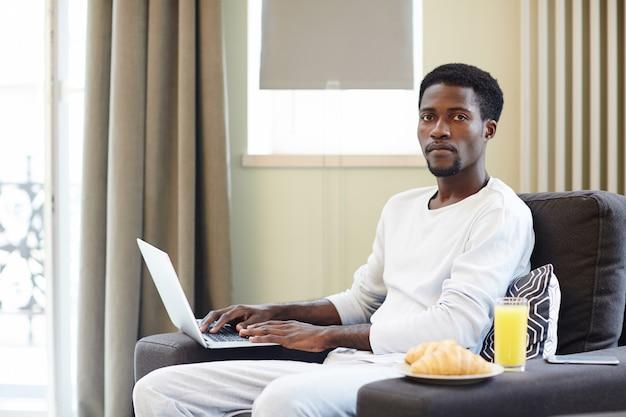 Libero professionista afroamericano che lavora dalla casa