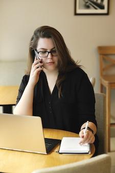 Libero professionista che lavora al computer portatile