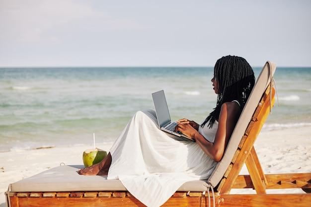 Libero professionista femminile sulla spiaggia