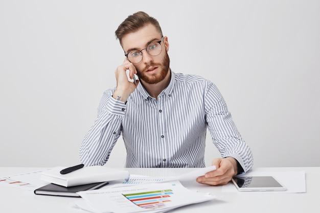 Libero professionista maschio lavoratore duro ha sguardo perplesso come si rende conto della sua colpa