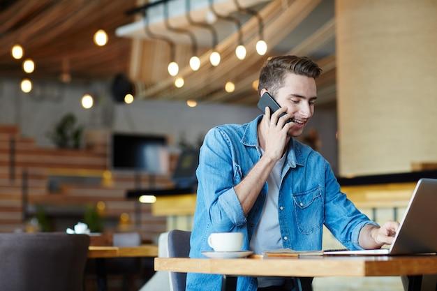 Libero professionista nella caffetteria