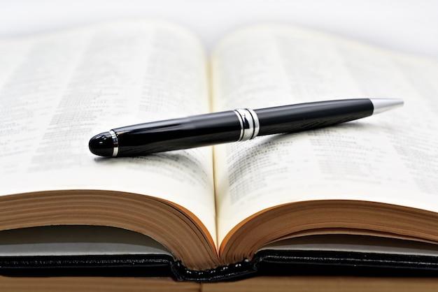 Libri antichi con penna.