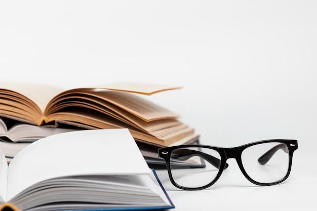 Libri aperti del primo piano con i vetri