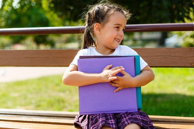 Libri colorati nelle mani di una bambina