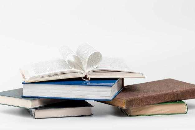 Libri del primo piano con fondo bianco