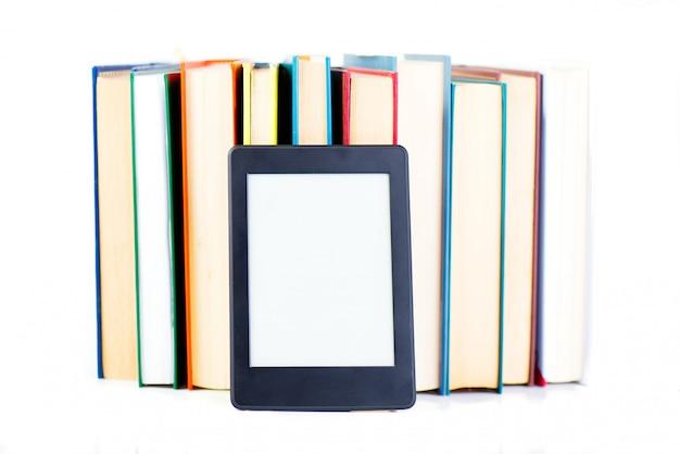 Libri di carta pendenti ebook. nuovo concetto tecnologico