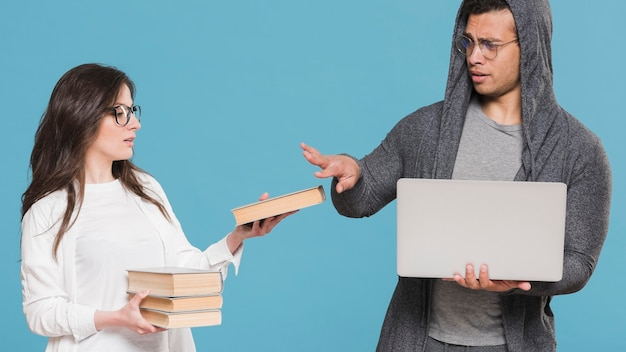 Libri di compagni di classe universitari contro e-learning