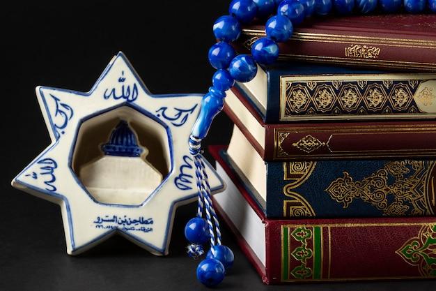 Libri di corano islamici di nuovo anno del primo piano