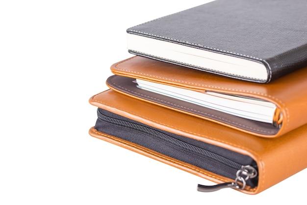 Libri di diario in pelle marrone e nera.