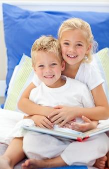 Libri di lettura biondi della figlia e del fratello