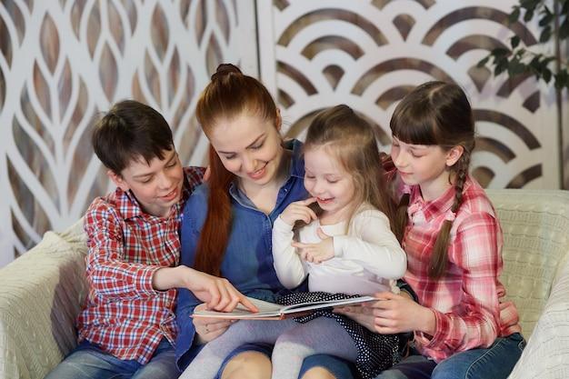Libri di lettura della famiglia felice a casa