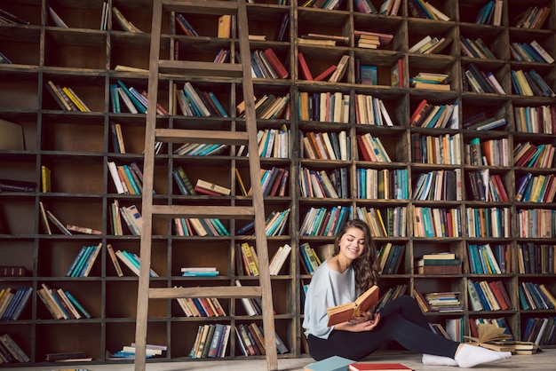 Libri di lettura di belle ragazze