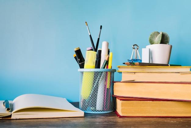 Libri di vista frontale sulla scrivania