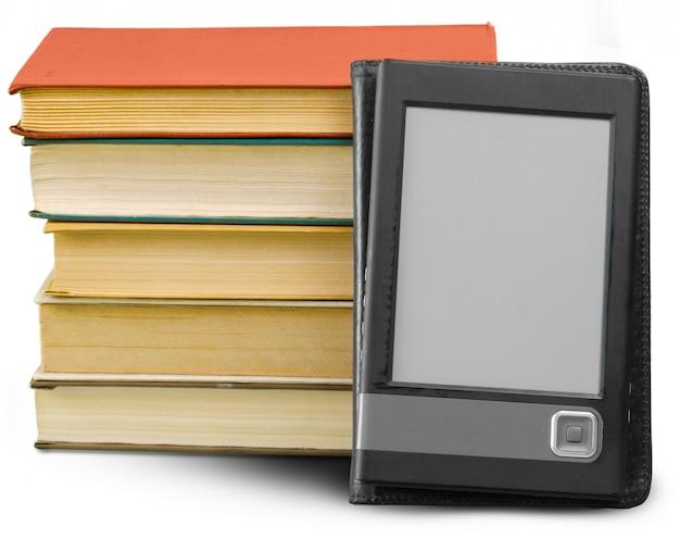 Libri e computer della compressa isolati su bianco