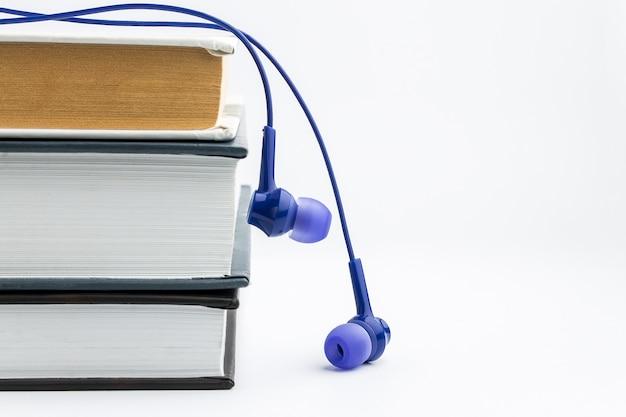 Libri e cuffie. concetto di audiolibro