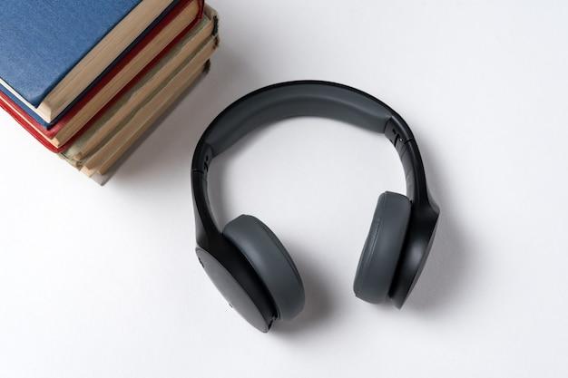 Libri e cuffie su a. concetto di lettura e musica.