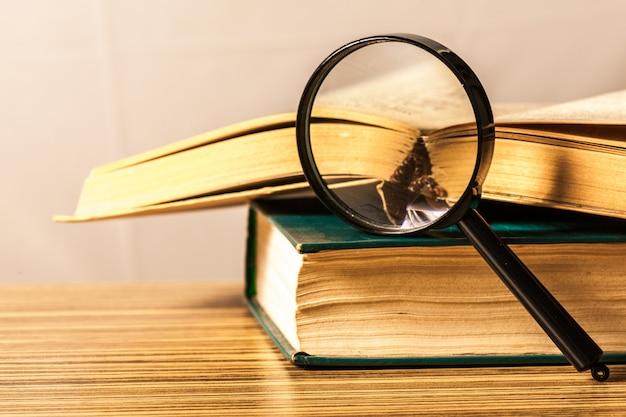 Libri e lente d'ingrandimento