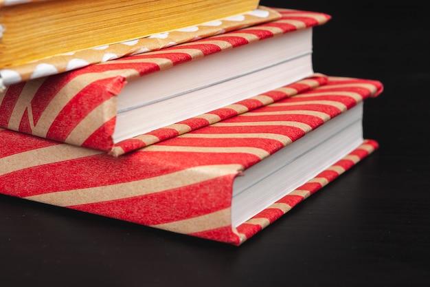 Libri in brossura su un tavolo