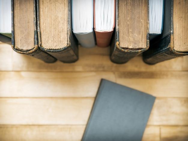 Libri in piedi sul tavolo