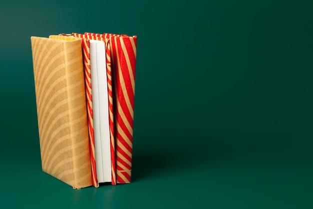 Libri isolati su verde