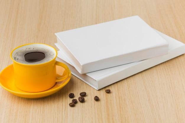 Libri piatti laici sul tavolo con una tazza di caffè