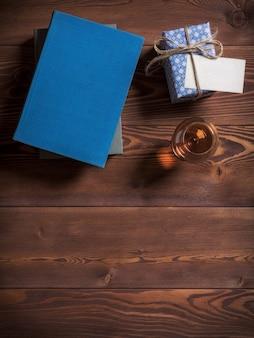 Libri sdraiato sul tavolo