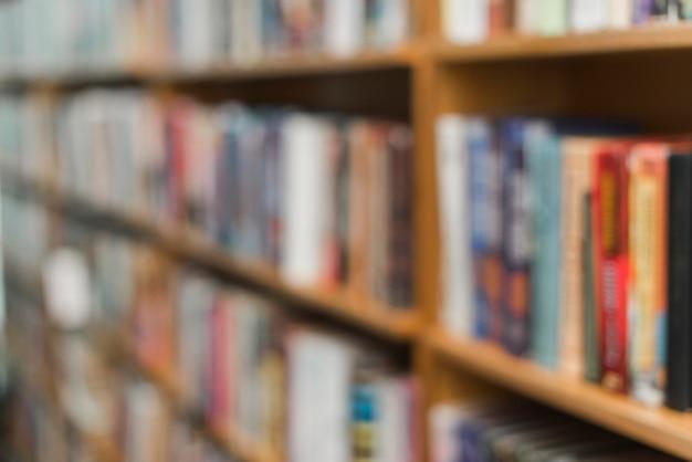 Libri sfocati sugli scaffali delle biblioteche