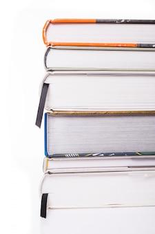 Libri spessi isolati su una superficie bianca