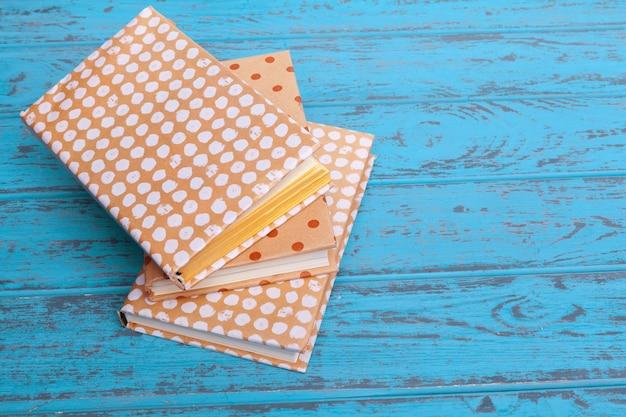 Libri su fondo di legno blu
