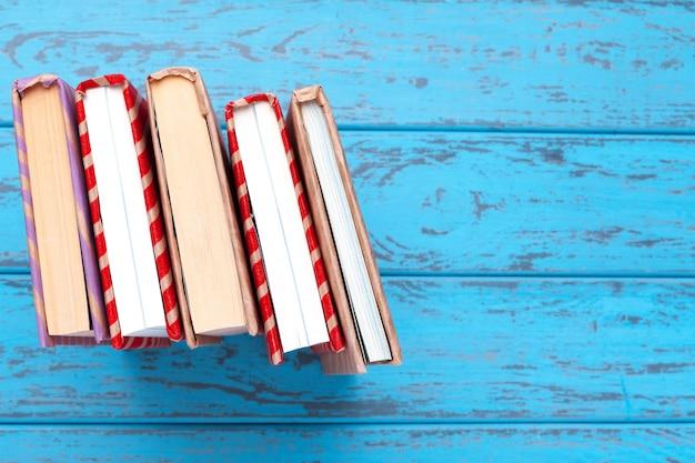 Libri su legno blu