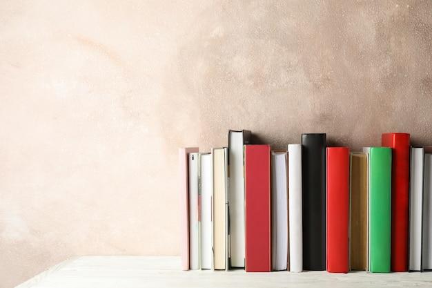 Libri su sfondo marrone, spazio per il testo
