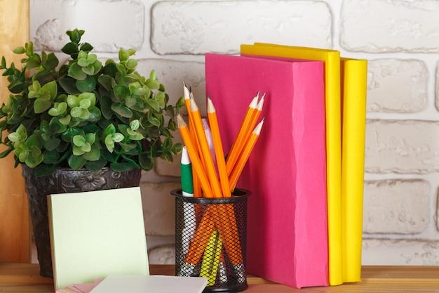 Libri su una mensola in legno a casa o in ufficio