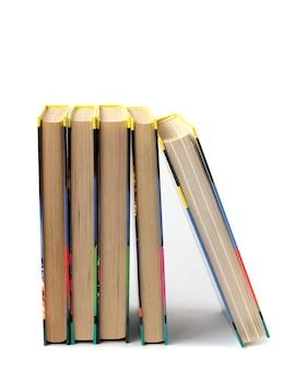 Libri su uno sfondo bianco.