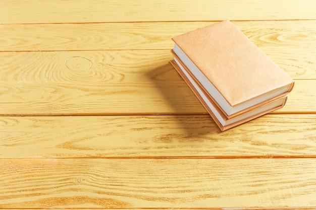 Libri sul vecchio tavolo di legno