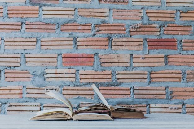 Libri sulla scala di legno sul fondo della parete di colore