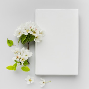Libri sulla scrivania accanto a fiori