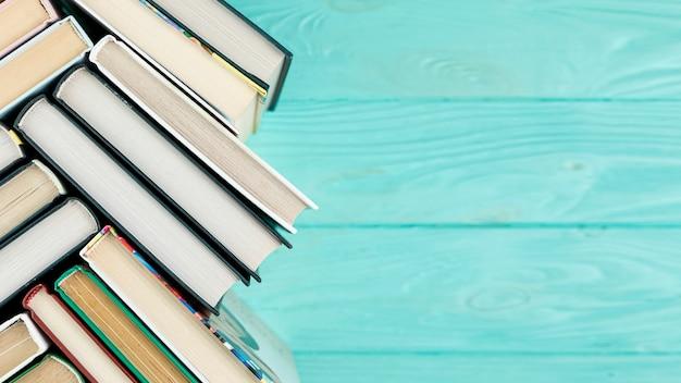 Libri vista dall'alto con spazio di copia