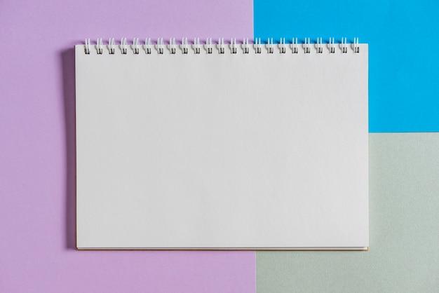 Libro a spirale su sfondo colorato