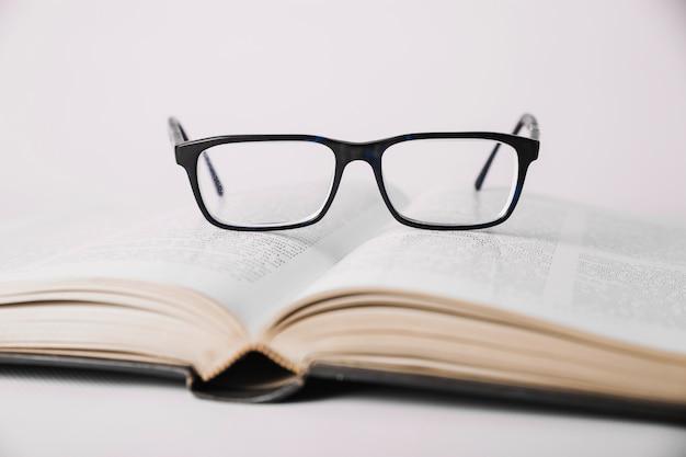 Libro aperto e occhiali da vista