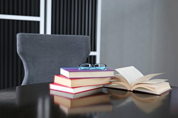 Libro aperto, libri con copertina rigida sulla tavola di legno con gli occhiali. educazione di base.